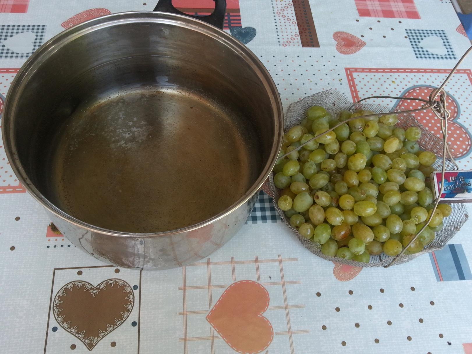 На первом этапе приготовления вина , получаем виноградный сок.