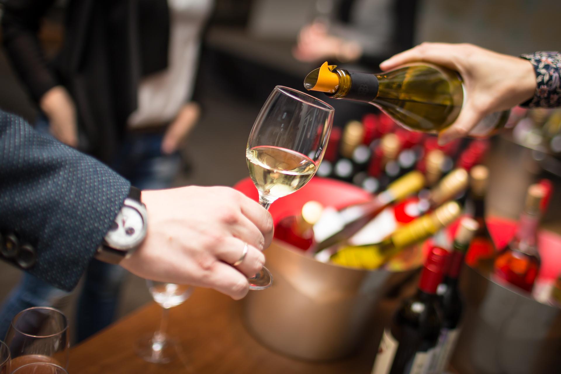 Специалисты относят вино Совиньон Блан к элитным напиткам. Вино хорошо сочетается с белым мясом, рыбой, морепродуктами.
