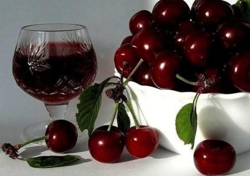 Вишня и бокал вина
