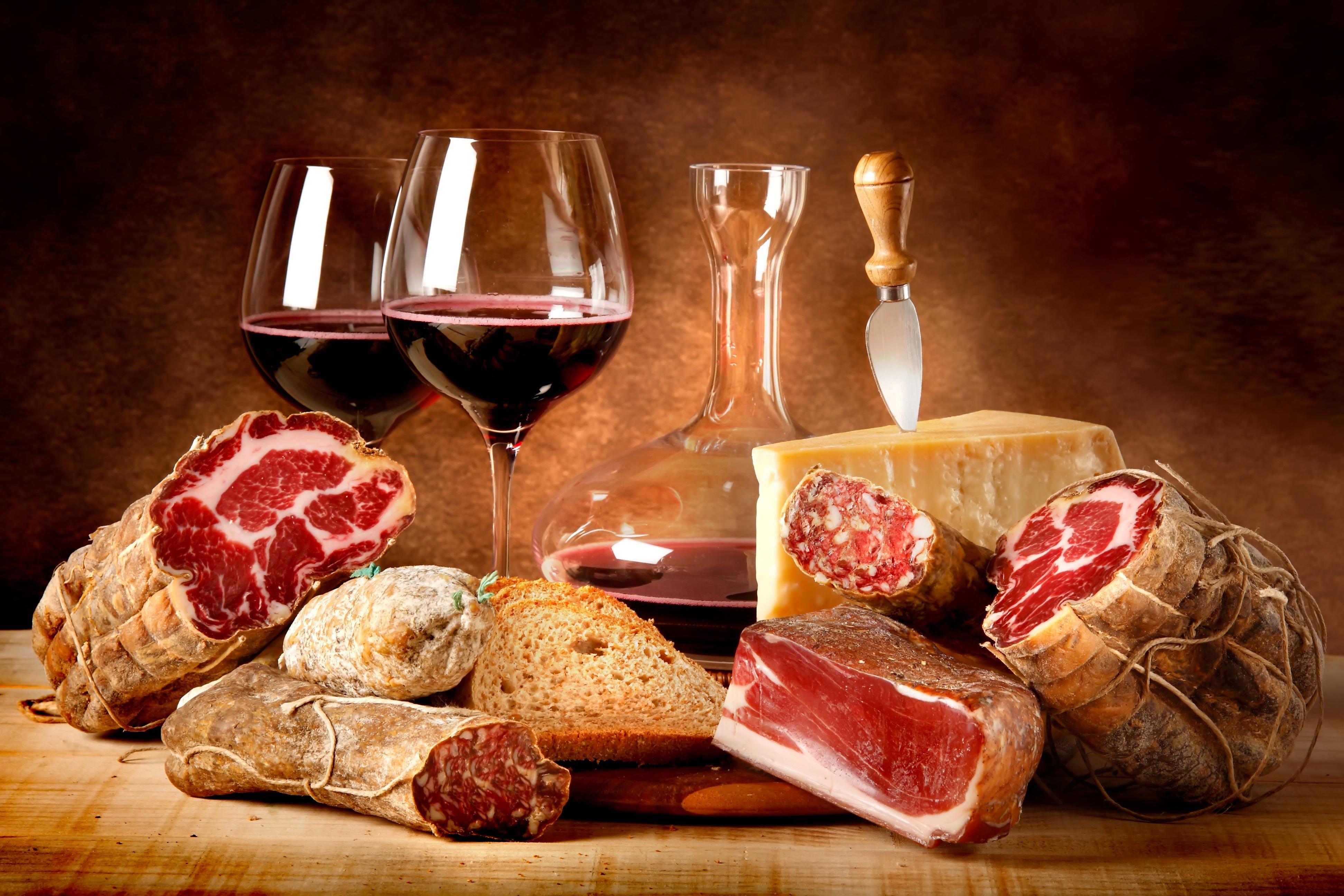 Продукты из свинины и вино