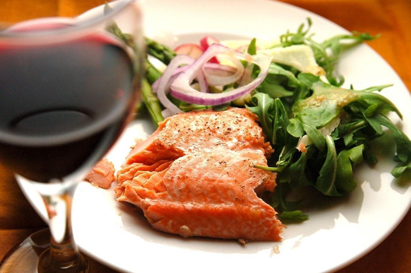 Вино и красная рыба