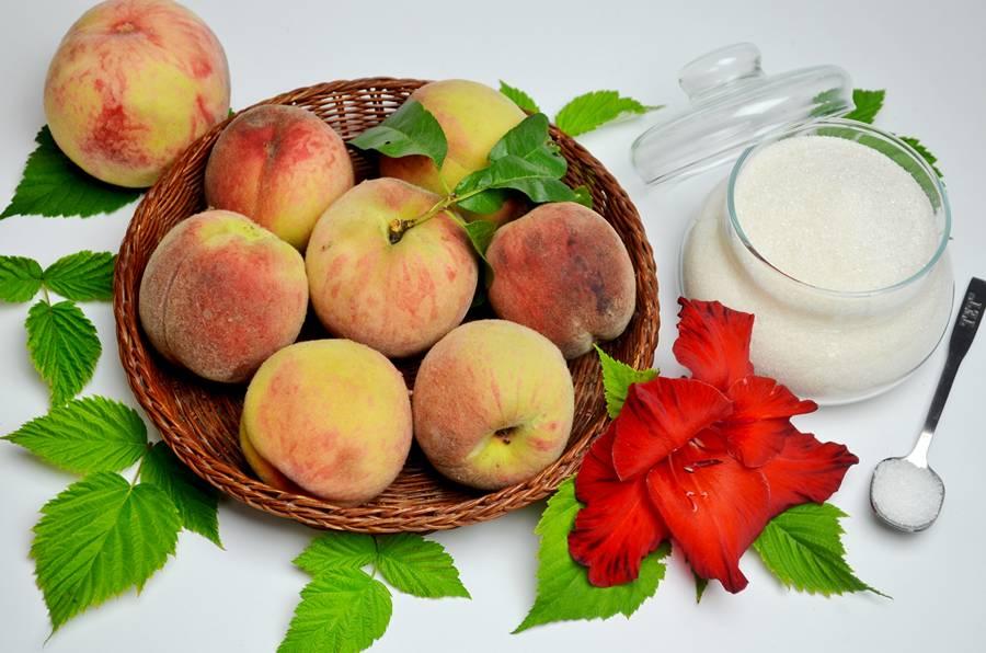 Домашняя наливка из персиков