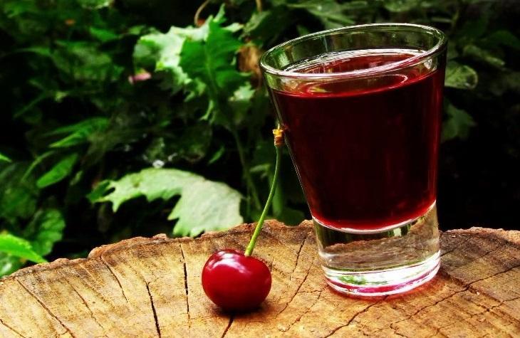 Как приготовить вишневую наливку с косточками?